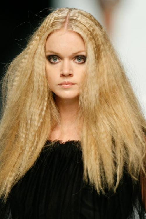 Wygładzone karbowane włosy też wyglądają zjawiskowo