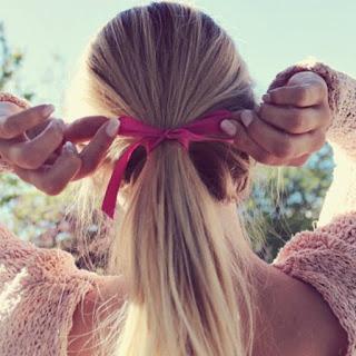 Wstążka we włosach nada delikatności