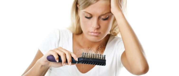 wypadanie włosów hormonalne