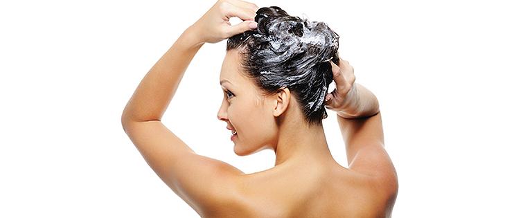 mycie włosów tłustych