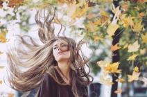 Wypadanie włosów na jesień – jak sobie z nim radzić? Sprawdzone sposoby
