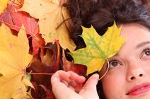 Włosy jesienią – stylizacja i wpływ diety