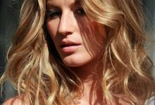 Miodowy odcień włosów pięknie rozświetla