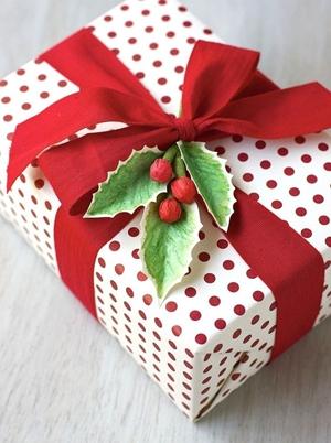 Mocne kolory w pakowaniu prezentów
