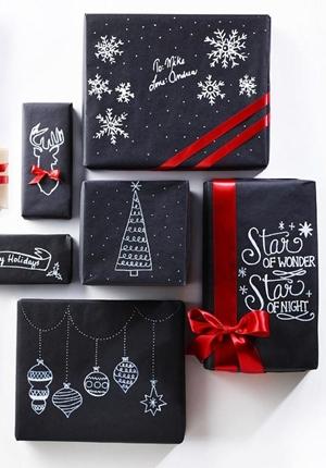 Czerń w pakowaniu prezentów
