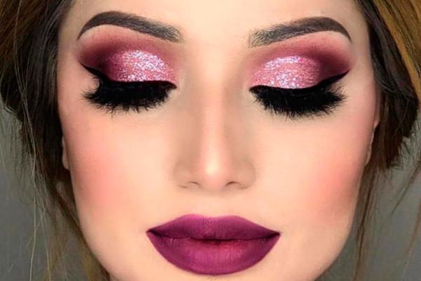 trendy makijaż metaliczny i kolorowe włosy błyszczący makijaż