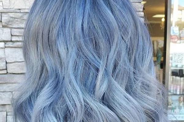 trendy makijaż metaliczny i kolorowe włosy