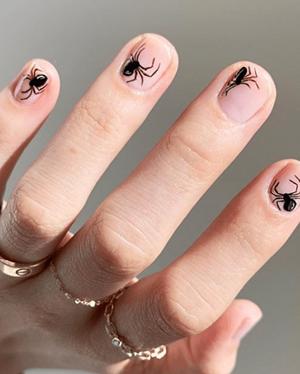 Paznokcie na halloween pająk