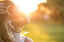 Ochrona włosów przed słońcem – kilka prostych tipów, które pozwolą im zachować zdrowy wygląd i naturalny blask