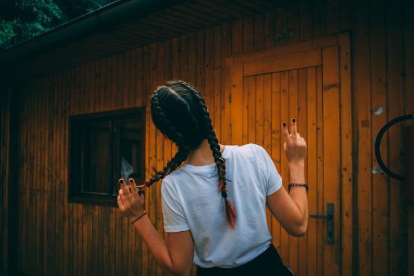 warkocz jako fryzura zapewniająca ochronę włosów przed słońcem