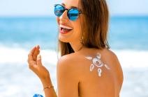 Jak odżywić włosy zniszczone słońcem? Szybki poradnik