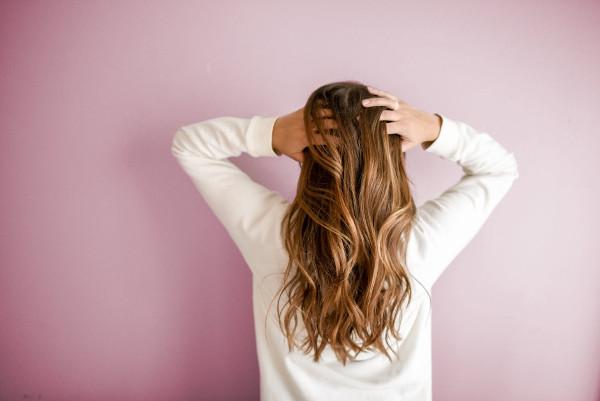 Kobieta z refleksami na włosach - odświeżenie koloru włosów