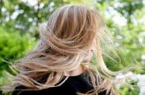 Jak dbać o włosy latem? Pielęgnacja włosów naturalnych i farbowanych