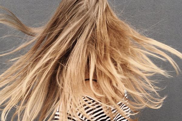 Włosy farbowane na blond