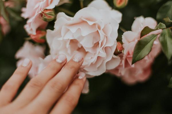 paznokcie zima 2020 perłowe
