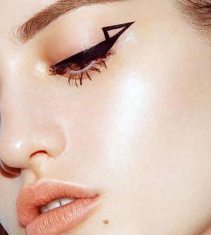kreska eyelinerem trendy w makijażu 2020